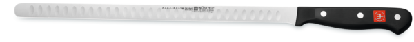 Lo strumento ideale per preparare e intagliare un salmone: questo coltello da salmone, con la sua lama flessibile ed estremamente affilata, scorre facilmente attraverso il pesce ed è particolarmente adatto per il salmone in quanto consente il taglio di fette sottili di wafer. Le fossette - lievi depressioni vicino al bordo della lama - creano piccoli cuscini d'aria che impediscono al pesce di attaccarsi al coltello.